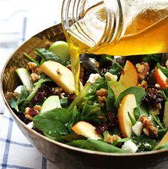 Salade composée : épinards, roquette, pommes, noix, feta et canneberges séchées