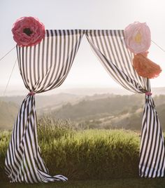 DIY wedding ideas and tips. DIY wedding decor and flowers. Everything a DIY bride needs to have a fabulous wedding on a budget! Photos Booth, Diy Photo Booth, Photo Booth Backdrop, Backdrop Ideas, Photobooth Idea, Outdoor Photo Booths, Outdoor Photos, Ceremony Backdrop, Ceremony Decorations