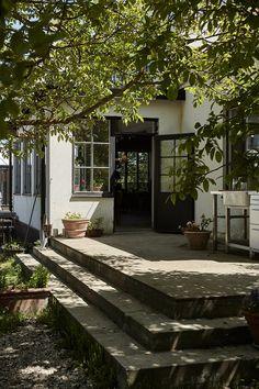 Beautiful Gardens, Beautiful Homes, Outdoor Spaces, Outdoor Living, Cottage Garden Design, Porch Garden, Decks And Porches, Glass House, Fresco