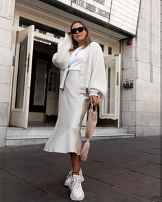 Wearing all beige is really trend this season. That's why I want to show you some beige outfit ideas, so you can get inspired from them. Mode Outfits, Skirt Outfits, Casual Outfits, Fashion Outfits, Womens Fashion, Beige Outfit, Look Zara, Skirt And Sneakers, White Sneakers
