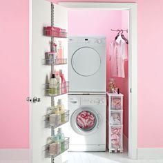 """Quand la salle de lavage se réduit à un très petit espace (genre garde-robe), se servir de la porte pour y installer un système de rangement comme celui-ci. C'est le  """"Platinum elfa Laundry Door & Wall Rack"""", de The Container Store (USA)."""