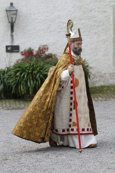 Early medieval bishop costume Priest Outfit, Catholic Memes, Catholic Bishops, Ethnic Patterns, Medieval Clothing, Historical Costume, 14th Century, Priest Clothing, Clothing Patterns