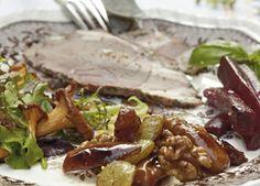 3 lækre slags tilbehør følger denne lammeculotte: rødbedesalat, salat med gedeost og svampe samt det knasende frugt- og nøddemiks.