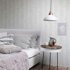 Papel pintado con diseño rayas fabricado en tejido no tejido. Superficie a cubrir: 5,3 m2.