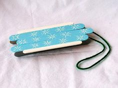 Craft Stick Sled Make this fun replica of an old wooden sled. The starburst design and beautiful colors make this little sled an adorable winter activity. Popsicle Stick Crafts, Craft Stick Crafts, Wood Crafts, Craft Sticks, Popsicle Sticks, Craft Ideas, Winter Crafts For Kids, Winter Kids, Crafts For Girls