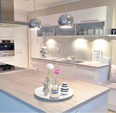 Agencement Cuisine : Bright kitchen Bright kitchen Sharing is caring, don't forget to share ! Kitchen Dinning, New Kitchen, Kitchen Decor, Kitchen Ideas, Kitchen Interior, Home Interior Design, Küchen Design, House Design, Cuisines Design