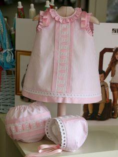Ropa bebé: Vestido en piqué con batista rosa y puntilla suiza