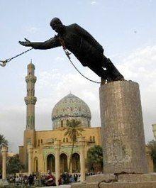 El 9 de abril de 2003, el «derribo» de una estatua de Saddam Hussein en la plaza Fedaous, de Bagdad. Este acontecimiento ha sido descrito unánimemente por la prensa como el símbolo de la caída de la capital iraquí. La estatua es arrancada de su pedestal. Es la caída de Saddam Hussein y su linchamiento simbólico por los manifestantes. Muy rápidamente, los principales funcionarios estadounidenses se aferran al acontecimiento y subrayan su importancia ante los periodistas, quienes lo habrían…