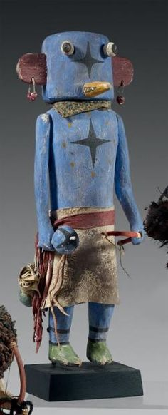 Kachina Ogre (?) Hopi, Arizona, U.S.A Circa 1940/1950 Bois, pigments, cordelette, perles, peau, clous. H: 32 cm Belle et rare Kachina bleue,