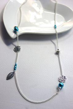 Collier sautoir argenté breloques métal et perles nacrées bleu turquoise : Collier par emmafashionstyle