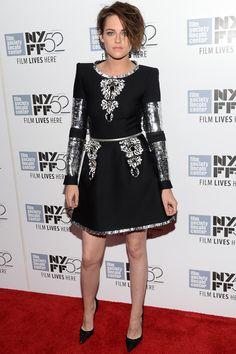 Kristen Stewart. Con detalles metalizados en plata y, como no, vestida de Chanel con este 'little black dress' y salones de Christian Louboutin.