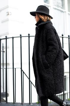 all-black look // textured teddy coat, skinny jeans and ankle boots // winter style