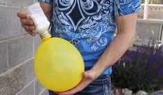 Er schüttelt Mehl in einen Luftballon. Am Ende hat er ein fantastisches Spielzeug.