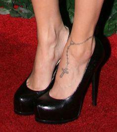 Am Fuß trägt Nicole Richie ein Rosenkranz Tattoo