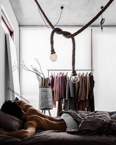Que tal usar araras no lugar do armário? 40 ideias! Decoração masculina! Blog Bugre Moda / Imagem: @bloggers_boyfriend / Reprodução