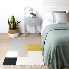 Kilim alfombra cuadros pequeña   ¡Una alfombra única!  El modelo Kilim pequeño es especial por su diseño geométrico de cuadros y por sus alegres colores. Es una alfombra suave fabricada en 80% lana y 20% algodón. Combinará a la perfección en tu hogar nórdico aportando un toque elegante de color.  #kenayhome #alfombra #algodón #lana #cuadros #colores #pequeña #diseño #interior #nórdico #home #fred #mesita #menta #lino #fundanórdica #cesto #decoración #deco #retro