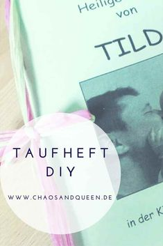 Ihr wollt ein Taufheft selber machen, findet aber keine Vorlage? Hier findet ihr ein DIY Taufheft mit Vorlage zum Download. Planer, Cards Against Humanity, Blog, Diy, Material, Queen, Tattoo, Communion, Tutorials