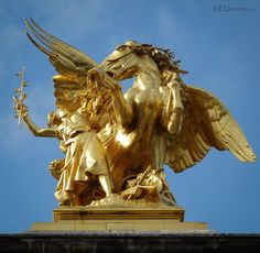 Named Renommee des Sciences this statue features Pegasus and Fame, on a pillar of the Pont Alexandre III.  See and learn more at www.eutouring.com/images_paris_statues_21.html