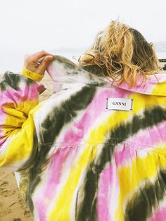 🌊 in our tie-dye denim shirt Fashion Me Now, Look Fashion, Winter Fashion, Tie Dye Jackets, Denim Jackets, Tie Dye Rainbow, Tie Dye Fashion, Tie Dye Shirts, Hippie Outfits