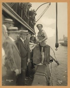58 Colorized Photos from the Past - Harry Houdini steps into a crate at New York Harbor as part of an escape stunt in July, Colorized Historical Photos, Colorized History, Historical Pictures, Historical Dress, Photos Du, Old Photos, Vintage Photos, Antique Photos, Vintage Photographs