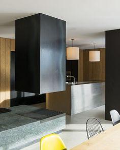 Casa é minimalista por fora e por dentro (Foto: Lukas Schaller / Divulgação)