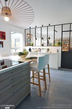 Linda cozinha, cheia de personalidade...Vem conhecer essa casa na França com a gente!