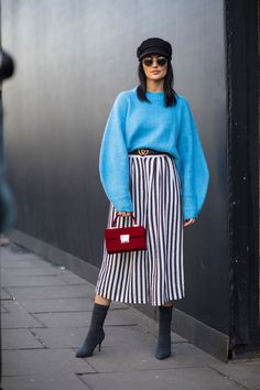 The Street Style Crowd Carried On With London Fashion Week In Classic Trench Coats - Fashionista Look Fashion, New Fashion, Trendy Fashion, Korean Fashion, Winter Fashion, Fashion Outfits, Fashion Trends, Red Outfits, Street Fashion