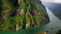 Eine Yangtze Kreuzfahrt ist immer ein Highlight für China Besucher. In 3 Tage befahren Sie die gesamte 600 km lange Strecke der berühmten Drei Grossen Schluchten und lernen die beeindruckende Landschaft und äusserst freundlichen Einheimischen kennen.