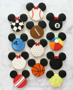 Do you love Disney and Halloween? See Mickey and Minnie all dressed up on decorated sugar cookies. Mickey Mouse Cookies, Disney Cookies, Mouse Cake, Minnie Mouse, Theme Mickey, Mickey Birthday, Disney Theme, Disney Desserts, Disney Food
