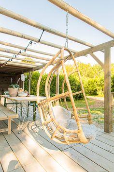 Zie je de Instagram foto al voor je? #instagram #interieur #decoratie #terras #glamping #stoerbuiten Outdoor Furniture, Outdoor Decor, Lodges, Strand, Glamping, Nespresso, Hammock, Instagram, Home Decor