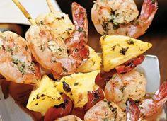 """Ótimo para servir nos eventos de primavera e verão, o <a href=""""http://mdemulher.abril.com.br/culinaria/receitas/espetinho-camarao-abacaxi-637158.shtml"""" target=""""_blank"""">espetinho de camarão e abacaxi</a> é bem refrescante."""