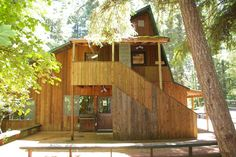 Cabin in Packwood, United States. Nestled in the magnificient woods of Packwood, WA you will find Young Life's Buttercreek Lodge. This spacious lodge accomodates 30. A perfect location for your next retreat, family reunion, or camp!   During the summer there are great hiking trail...