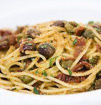 Spaghetti con pomodori secchi, caperi e olive (Špagety se sušenými rajčaty, kapary a olivami)