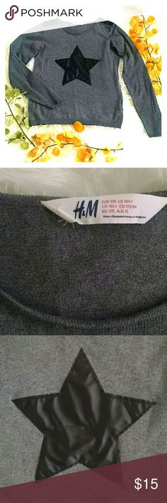 $13 H&M star sweater S Too cool for school, this lightweight grey crew neck sweater features a faux leather star on the front and shoulder patches. Youth 14+, fits like a women's small- small medium. In excellent condition. Comes from a smoke free, pet free home. H&M Sweaters Crew & Scoop Necks