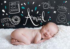 Un faire-part de naissance avec une photo de bébé et des illustrations pour indiquer le poids la taille et la date de naissance