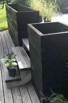 Ikke fan av tradisjonelle gelendre? Hva med en høy plantekasse som samtidig gjør nytten som gelender? Her har vår gjestedesigner Marte Helgetun designet to høye plantekasser, en på hver side av trappen. For inspirasjon og DIY-oppskrift - sjekk ut talgo.no. Outdoor Furniture, Outdoor Decor, Outdoor Storage, Backyard, Outdoors, Gardening, Places, House, Design