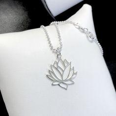 Collier court fleur de lotus en argent massif 925/1000e
