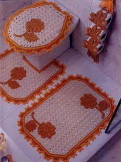 Add a special sense of beauty to your bathroom with this group of beautiful crochet sets ********** Crochet Kitchen, Crochet Home, Knit Crochet, Bathroom Crafts, Bathroom Sets, Crochet Decoration, Carpet Design, Beautiful Crochet, Crochet Projects