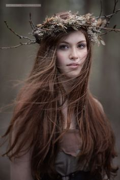 Crown made of branches and twigs and leaves for a winter wood nymph look. As photographed by Viktoria Haack.