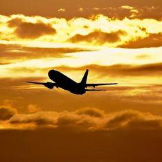 Se depender da disposição do brasileiro de viajar, os aeroportos vão continuar movimentados nos próximos meses. É o que revela a edição de novembro da Sondagem do Consumidor – Intenção de Viagem do Ministério do Turismo, que mostra que metade dos entrevistados que pretendem viajar nos próximos seis meses irão usar como meio de transporte o avião. Leia mais: