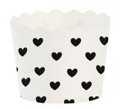 Baking cup zwarte hartjes   Geschikt voor alle leeftijden , bevat 24 cupjes Afmeting: H:4,7 Ø: 6 cm  Kleur: zwarte hartjes Materiaal: 100% recyclebaar karton www.glorioussweets.com