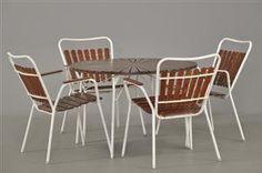 Vare: 2209826 Havemøbler. 4 stole samt rundt bord, hvidmalet metal med teak, 1950-1960 (5) Denne vare er sat til omsalg under nyt varenummer 2224745