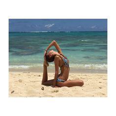 ハワイのビーチで水着姿でヨガを披露する吉川ひなの