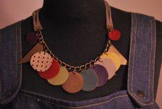 Collar con tiras en gamuza gris y cadena bronce,recortes en distintos cueros y gamuza