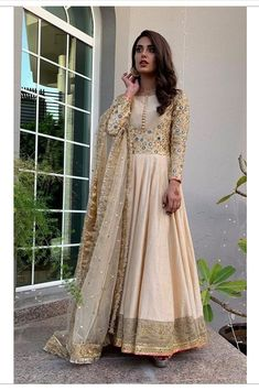 The gorgeous Iqra Aziz in a beige Faiza Saqlain pishwas styled by the talented ✨ Pakistani Gowns, Simple Pakistani Dresses, Pakistani Fashion Party Wear, Pakistani Dress Design, Pakistani Bridal, Pakistani Outfits, Indian Fashion, Pakistani Actress, Pakistani Clothing