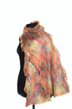 Handmade en hand geverfd nuno Gevilte sjaal. Groot textuur, prachtige kleuren, luxe materialen. Zacht, warm en OOAK stuk. Het zal uw individualiteit benadrukken! Fijne accessoire voor jezelf of als een unieke handgemaakte cadeau!  Fotos van de beste kwaliteit die kun je hier vinden: https://www.flickr.com/photos/feltedpleasure/31191925643/  !!! Meer sjaals sjaals vindt u in mijn sectie Vilten sjaals wraps http://www.etsy.com/shop/FeltedPleasur...