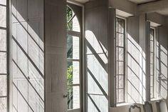 Effet de lumière dans la maison  Photo : Bernard Touillon  Face sud, une maison telle une orangerie avec de hautes verrières en fer et un jeu de volets intérieurs qui protégent du froid l'hiver. http://www.pinterest.com/linenlavender/la-maison-du-bonheur/