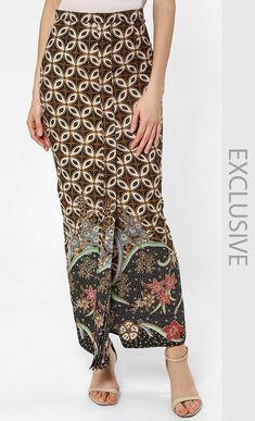 Ndari Printed Batik Skirt in Black and Brown Batik Muslim, Kebaya Muslim, Kebaya Modern Dress, Kebaya Dress, Batik Kebaya, Batik Dress, Batik Fashion, Skirt Fashion, Model Rok Kebaya