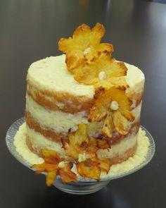 Pastel desnudo (Nake cake), bizcocho de zanahoria, relleno de piña y coco y decorado con piña deshidratada