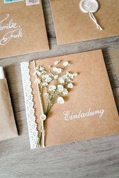 Vintage Einladungskarten für die DIY Hochzeit. Wunderschöne Kombination aus Kraftpapier, Spitze und Schleierkraut. Die Anleitung dazu gibt es auf www.brautrezepte.de
